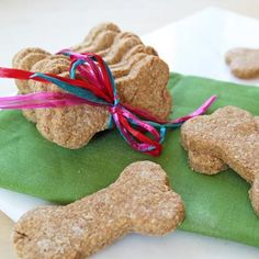Skip the boxes and bags and take your pup to the kitchen where you can whip up a batch of too-tasty dog treats in no time. Homemade dog treats are Best Treats For Dogs, Healthy Dog Treats, Best Dogs, Healthy Snacks, Dog Treat Recipes, Dog Food Recipes, Healthy Recipes, Cookie Recipes, Puppy Treats