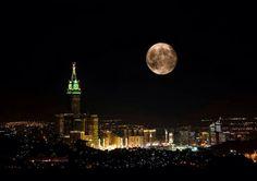 Super moon over makkah Mecca Madinah, Mecca Masjid, Masjid Al Haram, Beautiful Mosques, Beautiful Places, Mecca City, Islamic Center, Mekkah, Super Moon