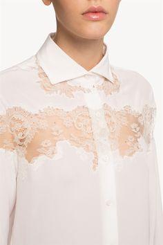 Langärmlige Bluse aus Seiden-Crêpe de Chine. Der Stil wird bereichert durch die zart gestickte transparente Spitze mit einem zarten See-Through-Effekt. Relaxed-Passform.  <br><br>Das Model ist 177 cm groß und trägt Größe 40.