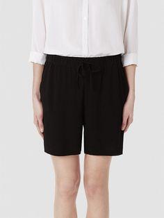 Selected Femme - Lässige Passform - 100 % Viskose - Elastisches Taillenband - Kordelzug in der Taille - Weich und glänzend. Das Model ist 179 cm und trägt Größe M/38.  Diesen Sommer trägt man leichte Qualitäten und sonnengebräunte Haut. Dieses lässig passende Shorts fügt deinem Outfit einen Hauch von Sommerfrische hinzu. Styling-Tipp: Du kannst die Shorts mit passendem Oberteil und Sandalen kom...