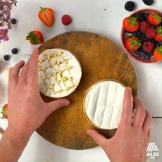 Ein Traum für Vegetarier: Zart schmelzender Weichkäse trifft fruchtige Erdbeeren mit BalsamicoCreme. #grillen #camembert #früchte #veggie Food And Drink Quiz, Grilled Desserts, Ketogenic Diet Food List, Tasty, Yummy Food, Food Platters, Snacks Für Party, Diy Food, Food Inspiration