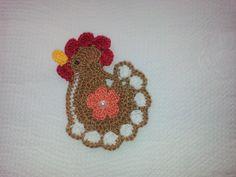 APLIQUE DE CROCHÊ GALINHA <br> <br>Delicada galinha colorida confeccionadas em crochê com fio 100% de algodão, espessura fina, com detalhe de florzinha colorida aplicada no centro. <br> <br>Tamanho aproximado: 6 cm de largura x 7,5 cm de altura. <br> <br>Ideal para customização de peças de decoração da cozinha, tais como guardanapos, cortinas, toalhas de mesa, trilhos etc. <br> <br>Ótima sugestão para usar na decoração de álbuns em scrapbook, patchwork, caixas em MDF e montagem de cartões e…