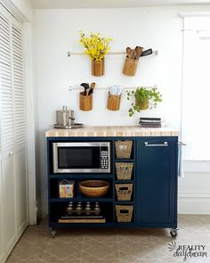 small apartment decorating 729372102132072932 - Smart 30 DIY Kitchen Storage Solutions For Your Small Kitchen Source by decorits Apartment Kitchen Organization, Kitchen Design Small, Rental Decorating, Kitchen Remodel Small, Small Apartment Kitchen Decor, House Design Kitchen, Tiny House Kitchen, Rolling Kitchen Island, Kitchen Decor Apartment
