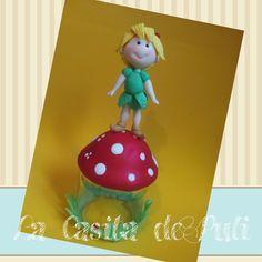 """Frasco decorado con forma de hongo con una graciosa """"tinkerbell"""" sobre él. Se pueden hacer de este mismo estilo infantil , otros personajes.   Si quisieras de forma mas compleja ponte en contacto con nosotros así te podremos presupuestar personalizadamente COMPRA DIRECTAMENTE AQUÍ : https://shop.strato.com/epages/63942105.sf?ObjectPath=/Shops/63942105/Products/RP2&IsMerchantPreview=1"""