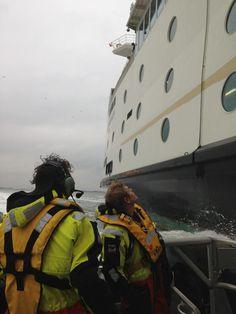 Olaf Tompot  Met reddingboot Joke Dijkstra op het Marsdiep. Hier even langszij de veerboot Dokter Wagemaker op weg van Texel naar Den Helder