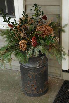 arreglo floral de invierno en exterior combinando ramas de rboles perennes con flores secas