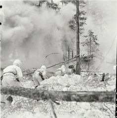 Finnish infantry moving into positions during an artillery barrage Ww2 Photos, War Photography, World War Two, Wwii, Winter, Soldiers, Army, Outdoor, History