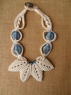 Girocollo bianco con foglie e perle vetro by patty macramè