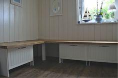 Dunstabzugsschränke mit Auszug und Arbeitsplatte als Sitzfläche.