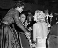 Eartha Kitt speaking to Marilyn Monroe and Arthur Miller, 1957 Radio City Music Hall, Harold Lloyd, Eartha Kitt, Marilyn Monroe Photos, Prince, Still Love You, New York, Candid, Hollywood