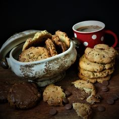 #Chocolate #chip #cookies #callebaut #yummy #pastry #love #pastryismagic #bakedwithlove #paulamoldovan #livadacuvisini #biscuiti #ciocolata #seminte Chip Cookies, Stuffed Mushrooms, Chips, Sweets, Chocolate, Vegetables, Desserts, Food, Wafer Cookies