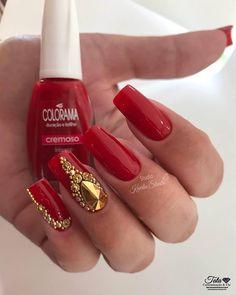 Oi, meninas! Quem aí gosta de unha vermelha? Eu amo! As unhas vermelhas são o tipo de unha decorada que nunca saem de moda. A cor vermelha aguça a sensualidade de cada mulher e é isso que podemos ver também nas mãos de quem usa o esmalte vermelho. Um adereço também muito utilizado hoje em…