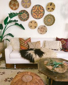 Perfect Bringing African and Moroccan flavors to boho interiors is also an interesting idea that works. The post Bringing African and Moroccan flavors to boho interiors is also an interesting . Boho Chic Living Room, Moroccan Decor Living Room, Moroccan Interiors, Boho Room, Ideas Hogar, Baskets On Wall, Wall Basket, Living Room Inspiration, Boho Inspiration