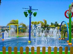 Parques acuaticos compuestos por toboganes de agua, conjuntos modulares, zonas splash y piscinas infantiles