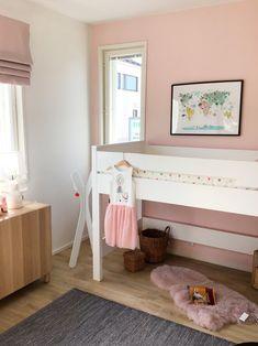 Olemme mukana Asuntomessuilla Porissa, tässä talon ihana vaaleanpunainen lastenhuone. #kidsroom #ainakeittiot #pink