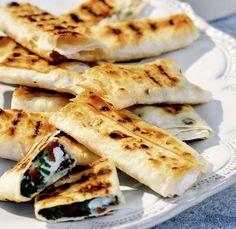 Probieren Sie unser Rezept für würzigen Schafskäse mit Limette, Tomaten und Minze im Teigmantel. Ein Schuss Tabasco haucht dem Gericht Feuer ein.