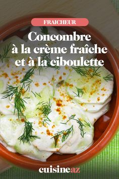 Voilà une entrée froide qui fait toujours l'unanimité : les concombres à la grecque. Rafraichissants, dépaysants, ils nous emmènent de l'autre côté de la Méditerranée, là où il fait chaud et où l'on cherche un peu de fraîcheur jusque dans nos assiettes. Des concombres croquants, de la crème fraîche, de la ciboulette, du citron... Un bonheur culinaire qui nous donnerait presque envie de danser le sirtaki ! Recette à tester de toute urgence, surtout pendant les beaux jours. Sauce Creme Fraiche, Mashed Potatoes, Ethnic Recipes, Food, Strawberry Fruit, Lemon, Pot De Creme, Whipped Potatoes, Smash Potatoes