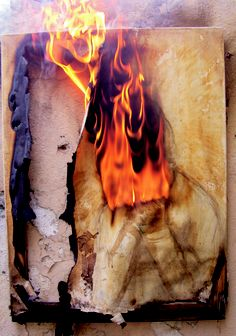 Consumindo Arte, Dimas  Casco ,Fotografia digital de tela -  pigmento orgânico ( café e ovo) , gin, vodka, rum e fogo sobre tela. 2012, parte da 1º exposição da Galeria Pássaro
