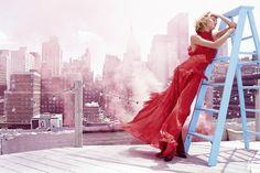 Rosie is pretty in pink voor Harper's Bazaar
