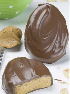 Homemade Reese's Eggs - Chocolate Dessert Recipes - OMG Chocolate Desserts Homemade Chocolate Peanut Butter Eggs - simple, quick and easy no bake dessert recipe with peanut butter and chocolate is perfect idea for Easter treat. Easy Easter Desserts, Easy No Bake Desserts, Easter Treats, Delicious Desserts, Baking Desserts, Easter Food, Easter Candy, Baking Recipes, Easy Simple Desserts Quick