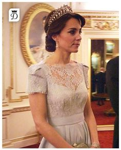 Kate Middleton wearing Jenny Packham Casa Clutch and Royal Collection Gerrards Diamond and Pearl Lover's Knot Tiara Kate Middleton Stil, Estilo Kate Middleton, Princesa Kate Middleton, Alexander Mcqueen, Lovers Knot Tiara, Herzogin Von Cambridge, Estilo Real, Prince William And Catherine, William Kate