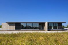 One-story building of Nakatsu is a minimalist house located in Nakatsu, Japan, designed by Matsuyama Architects and Associates. Minimalist Architecture, Amazing Architecture, Contemporary Architecture, Contemporary Design, Residential Architecture, Interior Architecture, One Story Homes, Bungalows, Architect Design