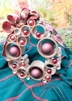 10 Different and Creative Christmas Wreaths Christmas Projects, Christmas Home, Christmas Holidays, Christmas Ornaments, Diy Christmas Decorations Easy, Xmas Wreaths, Pvc Pipe Crafts, Navidad Diy, 242