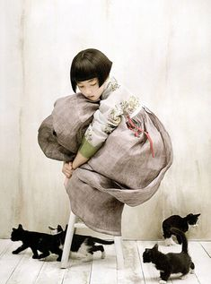Kim Kyung Soo for Vogue Korea. One of my alltime fave child and cats photo!Kim Kyung Soo for Vogue Korea. One of my alltime fave child and cats photo! Vogue Korea, Vogue Japan, Korean Hanbok, Korean Dress, Korean Traditional, Traditional Outfits, Belle Photo, Full Moon, Illustration