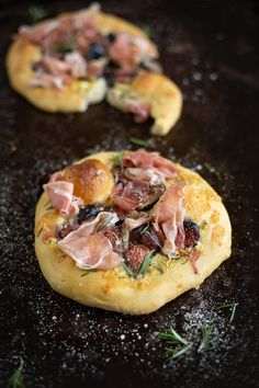 An easy Pizzette with blue cheese, figs & prosciutto recipe (mini pizza) #recipe #pizza #fruit #baking