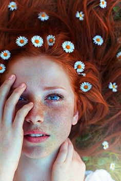 naturrote Haare, helle Haut, Sommersprossen, blaue Augen, kleine Margeriten