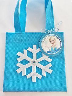 Estos tratan bolsas son un complemento perfecto para tu fiesta temática de Disney congelado. Es la manera perfecta de decir Gracias, para celebrar el día grande de cumpleaños niños! Este listado está para un set de 12 durables reutilizables bolsas Favor mini y 12 etiquetas de
