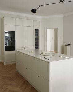 A Kitchen That Exemplifies Warm Scandi Minimalism Swedish Kitchen, Real Kitchen, Open Plan Kitchen, Kitchen Dining, Kitchen Island, Architecture Design, Beautiful Architecture, Minimal Kitchen, Beige Kitchen