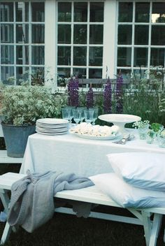 Julias Vita Drömmar: Midsommarafton dukning ........... more dining outdoors (love the flowers behind the table) ...