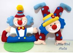 Palhacinhos lindos para festinha de Circo, afinal, hoje tem palhaçada? Tem sim senhor! Little Bird Ateliê. Contato: littlebirdatelie@gmail.com Clown Party, Circus Theme Party, Felt Kids, Felt Baby, Crafts To Do, Felt Crafts, Crafts For Kids, Baby Quiet Book, Felt Banner
