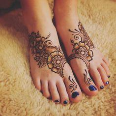 Simple henna for feet Mehndi Designs Feet, Tattoo Designs Foot, Unique Mehndi Designs, Wedding Mehndi Designs, Henna Designs Easy, Beautiful Mehndi Design, Arte Mehndi, Leg Mehndi, Mehendi