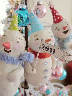 DIY:: Snowman Ornament How To (styrofoam balls connected and papier mache) (paper balls snowman) Little Christmas, Christmas Snowman, All Things Christmas, Handmade Christmas, Vintage Christmas, Christmas Ornaments, Merry Christmas, Christmas Houses, Christmas 2017