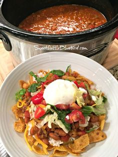 Today's slow cooker recipe is sure to have family and friends cheering - Slow Cooker Smothered Fritos Taco Bowls, a crowd pleasing meal! Slow Cooker Smothered Fritos Taco Bowls AKA, Fristos Pie - Just Slow Cooker Huhn, Slow Cooker Recipes, Mexican Food Recipes, Crockpot Recipes, Cooking Recipes, Mexican Entrees, Crockpot Dishes, Hamburger Recipes, Beef Dishes