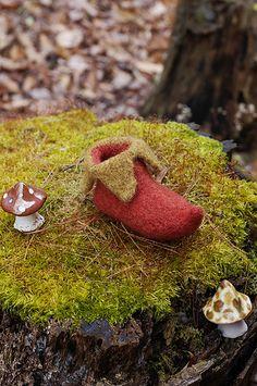 Free knitted elf shoe pattern at http://www.flintknits.com/blog/?p=179