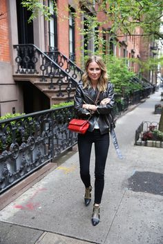 leather jacket + tee + black skinnies + pointed toe booties + pop of red. Looks Style, Looks Cool, My Style, Leather Jacket Outfits, Vintage Leather Jacket, Vintage Chanel, Model Street Style, Street Chic, Fashion Outfits