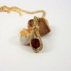 Collier/pendentif rouge, doré, wire wrapping, perle rouge, fil métallique doré tissé.
