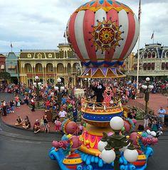 Minnie is waving at us! #festivaloffantasy #magickingdom #waltdisneyworld