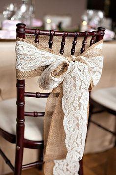 Nœud de chaise en toile de jute avec dentelle - Magnifique, ce ruban en dentelle se positionne en un tour de main sur tous vos supports : chaises, photophores, vases... en leur donnant instantanément une touche élégante vintage et champêtre ! Laissez flotter les rubans dans les arbres pour une touche de poésie. http://www.mariage.fr/ruban-en-dentelle-decoration-mariage-pas-cher.html