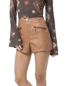 Parece couro, mas não é! Com pegada ecofriendly, o shorts em Ecoform é um arraso! Sofisticado, aposte nas blusas com transparência ou cropped estampado para um visual fashionista.