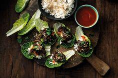 Bulgogi on maukas ja suosittu korealainen ruokalaji. Marinoitu entrecote tarjoillaan salaatinlehdessä riisin ja srirachakastikkeen kanssa.