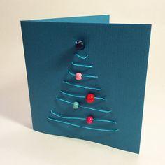 Joulukorttiin kuusi paperinarusta ja helmistä. lasten | askartelu | joulu | joulukortit | käsityöt | koti | DIY ideas | kid crafts | christmas | home | cards | Pikku Kakkonen