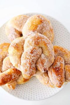 These cinnamon sugar soft pretzels are so delicious and they're so quick and simple to make! They make a perfect game day snack, an easy dessert recipe, or a fun sweet treat! Such a delicious snack idea! Slow Cooker Desserts, Cinnamon Sugar Soft Pretzel Recipe, Sweet Pretzel Recipe, Cinnamon Pretzels, Cinnamon Sugar Muffins, Baked Pretzels, Pretzel Recipes, Cinnamon Recipes, Yummy Snacks