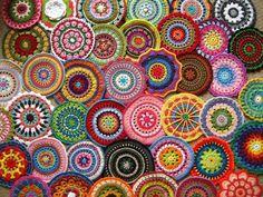 rengarenk iplerle örülmüş yuvarlak motifler