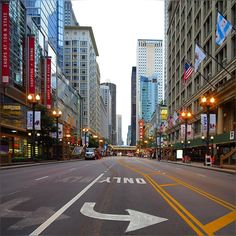 not sure why State street was so empty ... perhaps humanity already know it's gonna rain all evening? well then good to capture dry street :) #StateSt #Summer2015 #Downtown #Chicago #ChicagoLoop #HappyThursday #Evening