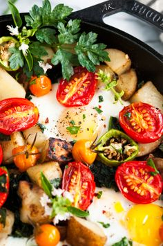 Skillet Eggs and Potato Garden Breakfast Recipe - A hearty, vegetarian breakfast made all in one pot. Easy, delicious, and healthy! Chinese Breakfast, Breakfast Snacks, Vegetarian Breakfast, Breakfast Time, Breakfast Casserole, Healthy Breakfast Recipes, Brunch Recipes, Brunch Ideas, Potato Gardening