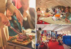 Sinal de sofisticação, a companhia aérea Pan Am surgiu em 1920 e teve seu auge nos anos 1960 e 1970. Em fotos incríveis, o fotógrafo Michael Kelleyregistrou momentos que mais se parecem com um editorial de moda vintage. Os cliques foram feitos no voo entre Los Angeles e Londres, à bordo de um Boeing 747-200. Com um legado vivo até hoje, todos queriam viajar e trabalhar na Pan Am. Antes do embarque, as aeromoças preparavam a cabine com revistas, headsets, cobertores e travesseiros, sendo…